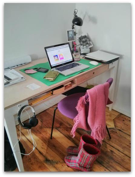 Schreibtisch von mikrotext-Verlegerin Nikola Richter