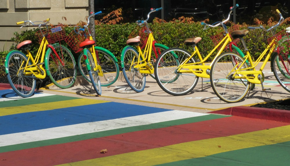 Google-Fahrräder vor dem Marketing & Sales Headquarter
